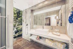 Badezimmer in der Baumhaus-Suite (c) Jan Hanser mood photography (alpina zillertal)