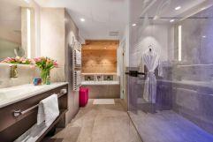 Badezimmer mit Dusche und Badewanne (c) Foto Atelier Wolkersdorfer (IMPULS HOTEL TIROL)