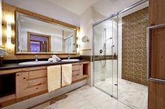 Badezimmer mit geräumiger Dusche (Biohotel Castello Königsleiten)