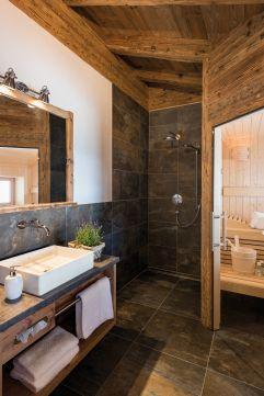 Badezimmer mit Sauna in der Chalet Ferienwohnung s´huimelèg (c) www.studiowaelder.com (Alpzitt Chalets)