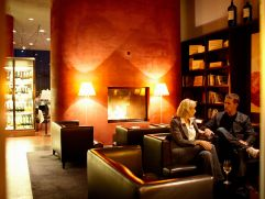 Bar und Weinbibliothek des LOISIUM Wine & Spa Resort Langenloiss (winzerhotels)