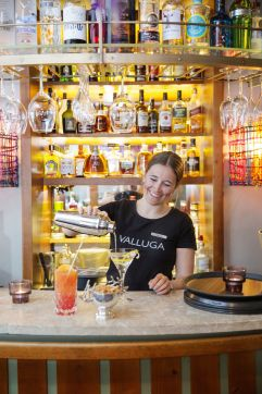 Barkeeperin kreiert leckere Cocktails (c) Johanna Gunnberg (VALLUGA Hotel)