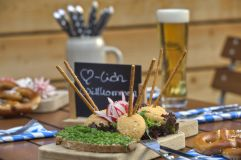 Bayerischer Brotzeitteller im Biergarten (Hotel Asam)