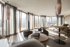 Bei einem guten Buch im Leseraum entspannen (Alpin Panorama Hotel Hubertus)