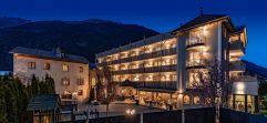 Beleuchteter Matillhof bei Nacht (winzerhotels)