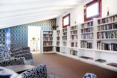 Bibliothek mit gemütlichen Sitzmöglichkeiten (Hotel Espléndido)