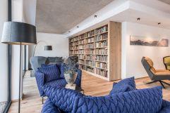 Bibliothek mit gemütlicher Sitzecke (c) Peter Kuehnl (PURADIES Hotel & Chalets)