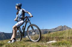 Bike-Pause auf der Feldthurner Alm ©Helmuth Rier (Tourismusverein Klausen, Barbian, Feldthurns und Villanders)