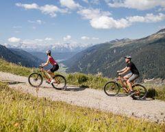 Biken vor herrlichem Bergpanorama (c) Agentur Giggle (Hotel Quelle Nature Spa Resort)