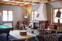 Billardraum mit gemütlichen Kamin (VALLUGA Hotel)