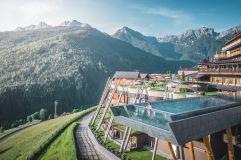 Blick auf das Alpin Panorama Hotel Hubertus mit idyllischer Bergkulisse (Alpin Panorama Hotel Hubertus)