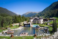 Blick auf das gesamte Hotel im Sommer (c) Michael Huber (Fontis eco farm & suites)