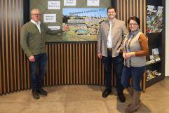 Blick auf das Projekt mit Franz Göbel vom Planungs-und Baumanagement und dem Ehepaar Muster (Ratscher Landhaus)