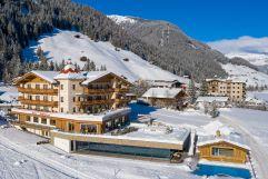 Blick auf das verschneite Alpinhotel Berghaus im Winter (Alpinhotel Berghaus)
