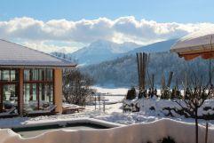 Blick auf den verschneiten Wellnessbereich mit Alpenpanorama (Gut Edermann)