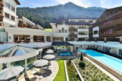 Blick in den Innenhof mit Whirlpool und Outdoorpool im Sommer (Hotel Trofana Royal)