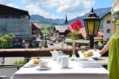 Blick in die Ortschaft von der Terrasse (c) Sascha Duffner (Hotel Jagdhof)