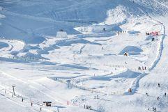 Blick von oben auf den verschneiten Familypark und Funslope  (c) Wildkogel -Arena Neukirchen & Bramberg