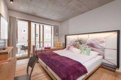 BLÜ Room Cool im Baumhaus mit Doppelbett (c) Lisa Edi (Hotel Blü Gastein)
