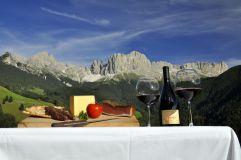 Brettljause und Weingenuss auf der Seiser Alm (c) Seiser Alm Marketing (Hotel Steger-Dellai)