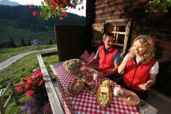 Brotzeit auf der Alm im Sommer (c) Bernd Eisenschink (Lech Zürs Tourismus)