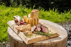 Brotzeitbrett mit feinsten Zutaten aus der Region (Benglerwald Berg Chaletdorf)