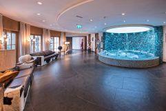 Brunnen im Hotelbereich (Leading Family Hotel & Resort Alpenrose)