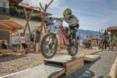 Bub hat Spaß beim E-Trail fahren (alpina zillertal)
