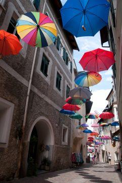 Bunte Schirme über blauem Altstadthimmel (c) Simon Profanter (Tourismusverein Klausen)