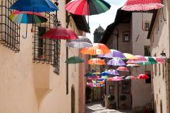 Bunte Schirme über der Altstadt (c) Simon Profanter (Tourismusverein Klausen)