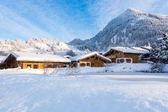 Chalet-Dorf in verschneiter Winterlandschaft (c) www.studiowaelder.com (Alpzitt Chalets)
