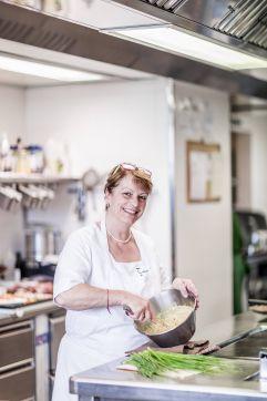 Chefköchin Barbara in der Waldküche (c) Armin Huber (Hotel Tann)