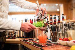 Cocktailzubereitung (c) David Innerhofer (Wanderhotel Gassner)