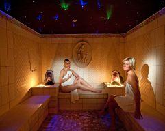 Damen entspannen in der Sauna des Hotel Alpina