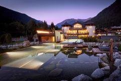 Das beleuchtete Hotel bei Dämmerung (c) Michael Huber (Fontis eco farm & suites)