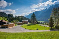 Das Chaletdorf eingebettet in die Naturparkregion Lechtal (Benglerwald Berg Chaletdorf)