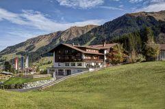 Das Hotel Gemma eingebettet in die Berglandschaft (Hotel Gemma - Kleinwalsertal Hotels)
