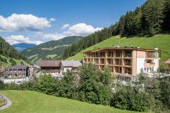 Das Naturhotel Rainer in sommerlicher Bergwelt (Naturhotel Rainer)