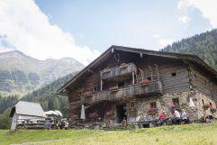 Das Tauernhaus eingebettet in die Rauriser Bergwelt (c) Florian Bachmeier (Tourismusverband Rauris)
