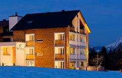 Das winterliche Genuss & Aktivhotel Sonnenburg in der Abenddämmerung (c) Paul Clemens (Genuss & Aktivhotel Sonnenburg - Kleinwalsertalhotels)