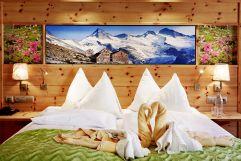 Dekoration eines Doppelbettes (Biohotel Castello Königsleiten)