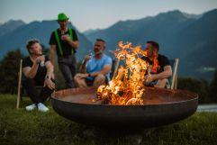 Den Tag beim Feuerkorb ausklingen lassen (c) Wolfgang Scherzer - Verwolf Production (BergBaur)