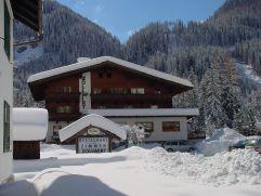 Der Zollwirt eingebettet in die osttiroler Winterlandschaft (c) Belinda Leitner (Alpengasthof Zollwirt)