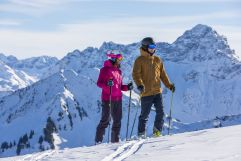 Die Aussicht auf die Berge bei einer kurzen Skifahrpause genießen (c) Frank Drechsel (Genuss & Aktivhotel Sonnenburg - Kleinwalsertalhotels)