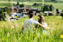 Die Aussicht von den Bergwiesen aus genießen (c) Peter Kuehnl (PURADIES Hotel & Chalets)