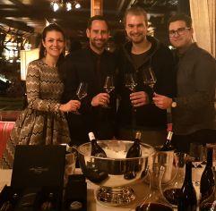 Die Gastgeberfamilie Skardarasy (v.l.) mit Lukas Strobl und Jeremias Buchinger (c) mk Salzburg