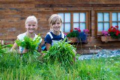 Die Naturverbundenheit an die Kinder weitergeben (c) Fotostudio Wälder (Alpzitt Chalets)