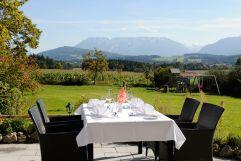 Dinnergenuss mit Blick auf das Berchtesgadener Bergpanorama auf der Sonnenterrasse (Gut Edermann)