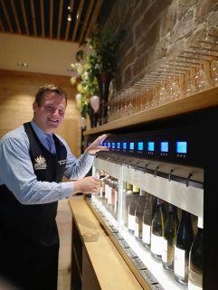 Diplom Sommelier Benjamin Zimmerling an der neuen Weinbar (Dachsteinkönig)