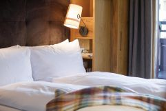 Doppelbett lädt zum Entspannen ein (c) Johanna Gunnberg (VALLUGA Hotel)